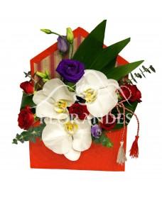 Aranjament floral cu orhidee alba si minitrandafiri