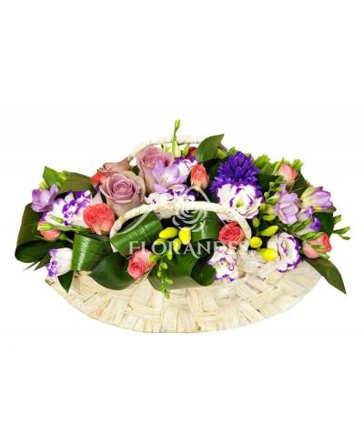 Aranjament floral cu trandafiri mov si frezii