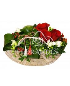 Aranjament floral cu trandafiri rosii si garofite