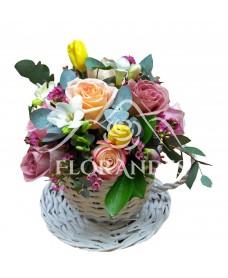 Aranjament floral cu trandafiri si frezii