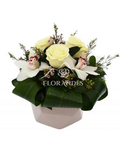Aranjament floral trandafiri albi si orhidee