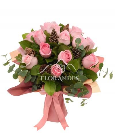 Buchet de trandafiri roz si conuri