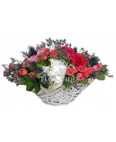 Cos hortensie alba si trandafiri
