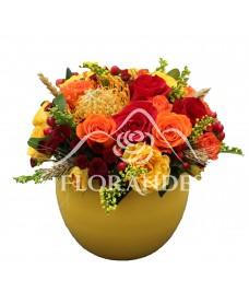 Aranjament floral cu minitrandafiri si santini