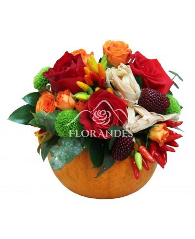 Aranjament floral trandafiri rosii si porumb