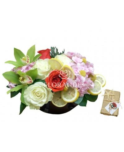 Aranjament floral trandafiri si hortensie roz