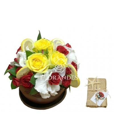 Aranjament floral trandafiri si lamaie