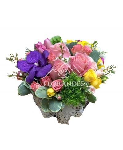 Aranjament floral trandafiri roz si orhidee vanda
