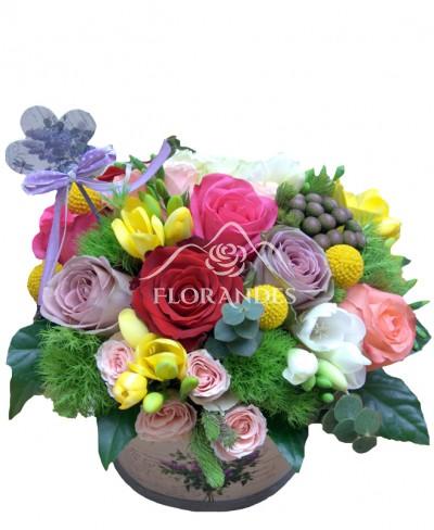 Aranjament floral trandafiri si frezii