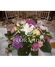 Aranjament de masa din hortensie si trandafiri