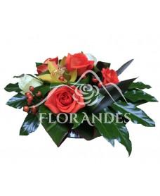 Aranjament de masa cu trandafiri si orhidee