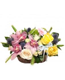 Aranjament floral orhidee si trandafiri galbeni