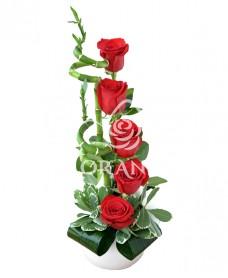 Aranjament floral trandafiri rosii