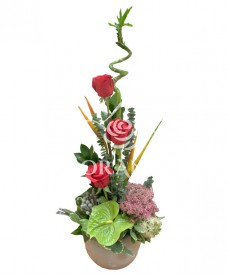 Aranjament floral trandafiri si bambus