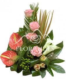 Aranjament floral trandafiri si cale
