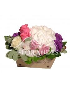 Aranjament floral trandafiri si hortensie alba
