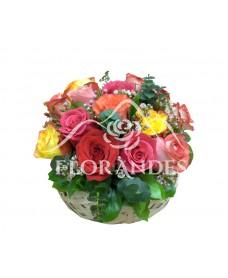 Cos cu trandafiri multicolori
