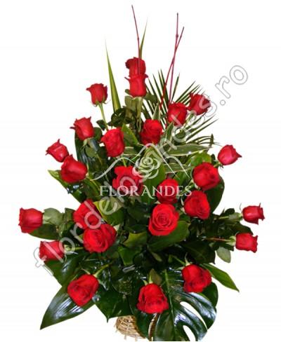 Cos de trandafiri rosii