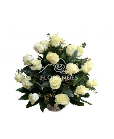 Cos de trandafiri albi