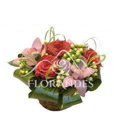 Cos de trandafiri rosii de Ecuador