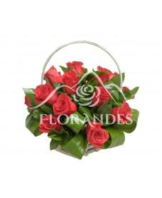 Cos din 15 trandafiri rosii