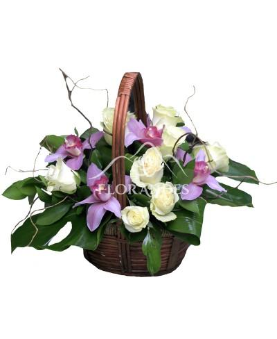 Cos orhidee si trandafiri albi