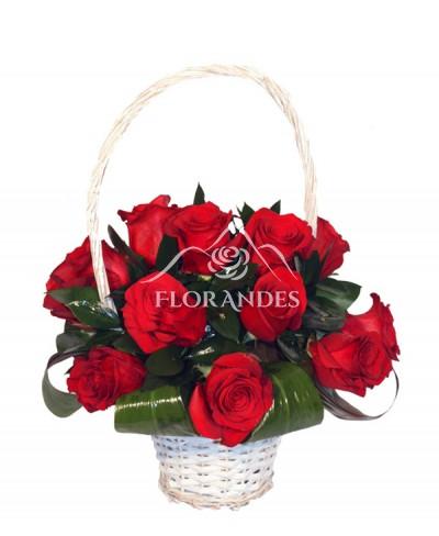 Cos romantic din trandafiri rosii