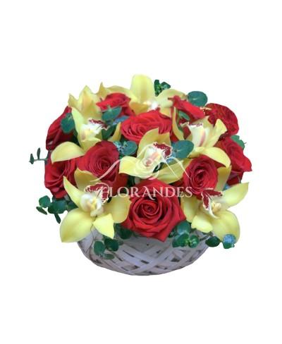 Cos trandafiri rosii si orhidee