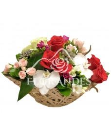 Cos trandafiri si orhidee alba