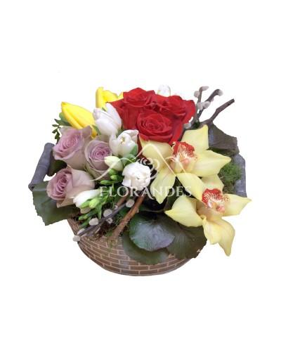 Aranjament floral trandafiri mov si orhidee