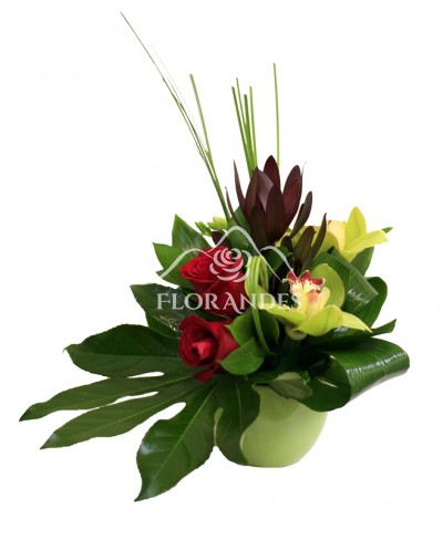 Aranjament floral trandafiri rosii si orhidee