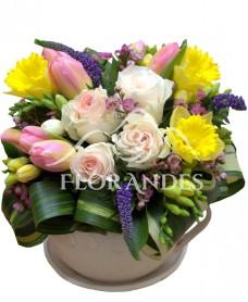 Aranjament floral narcise si trandafiri