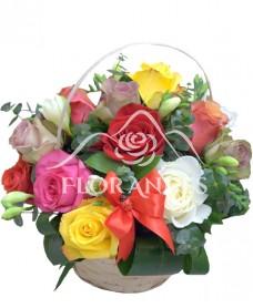 Cos trandafiri colorati si frezii