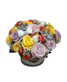 Aranjament floral trandafiri mov si galbeni