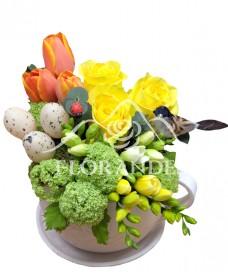 Aranjament floral trandafiri galbeni si lalele