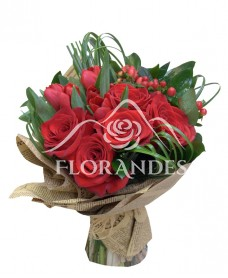 Buchet trandafiri rosii si lalele